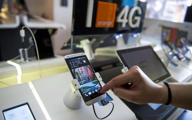 Un cliente prueba un smartphone en una tienda.