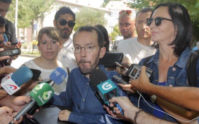 El secretario de Organización de Podemos, Pablo Echenique (c), junto...
