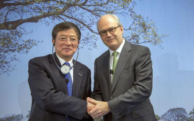 Los presidentes de ChemChina, Ren Jianxin, y de Syngenta, Michel...