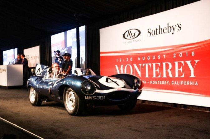 El Jaguar D-Type, en su llegada al escenario de pujas