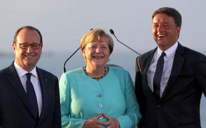 El primer ministro de Italia, Matteo Renzi (d), el presidente de...