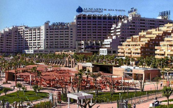 El complejo con cinco hoteles junto a la playa de Oropesa de Mar...