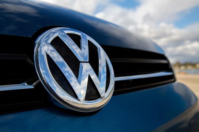 Modelo con el emblema de Volkswagen en la parrilla.