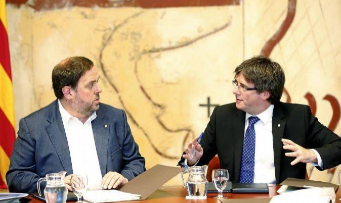El president de la Generalitat Carles Puigdemont, y el vicepresident...