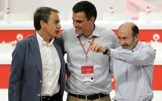 Pedro Sánchez, arropado por los expresidentes socialistas José Luis...