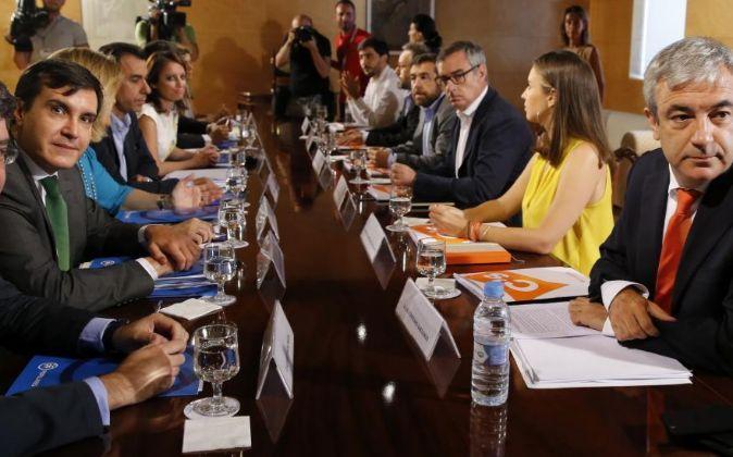 Los integrantes del equipo negociador del PP y de Ciudadanos,durante...