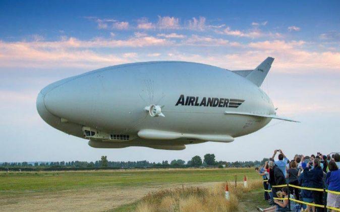 El Airlander 10 Cardington sobrevolando el campo de aviación de...