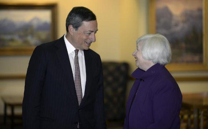 Janet Yellen (derecha), presidenta de la Fed, hablando con Mario...