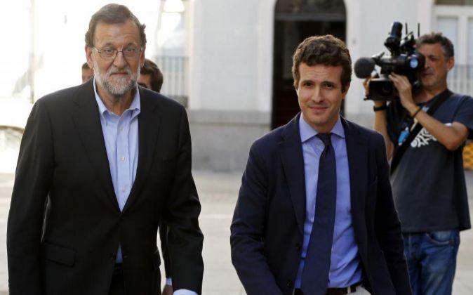 El presidente del Gobierno en funciones, Mariano Rajoy (i), junto al...