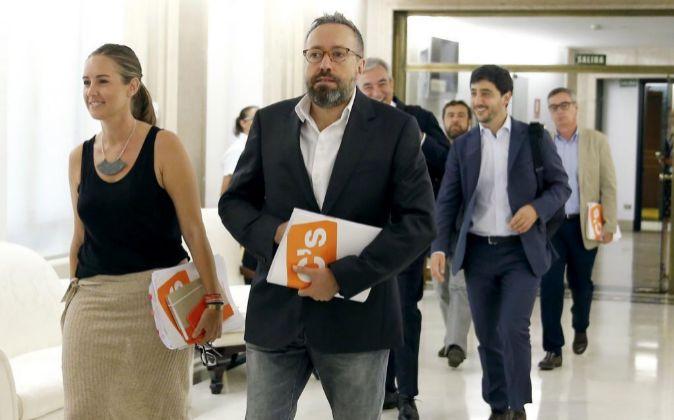 Los integrantes del equipo negociador de Ciudadanos antes de la...