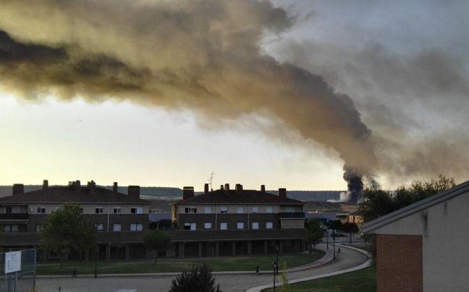 Una gran columna de humo se aprecia desde el municipio de Alovera...
