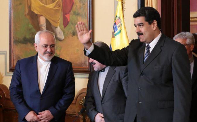 El canciller iraní, Mohamad Yavad Zarif (i), junto al presidente de...