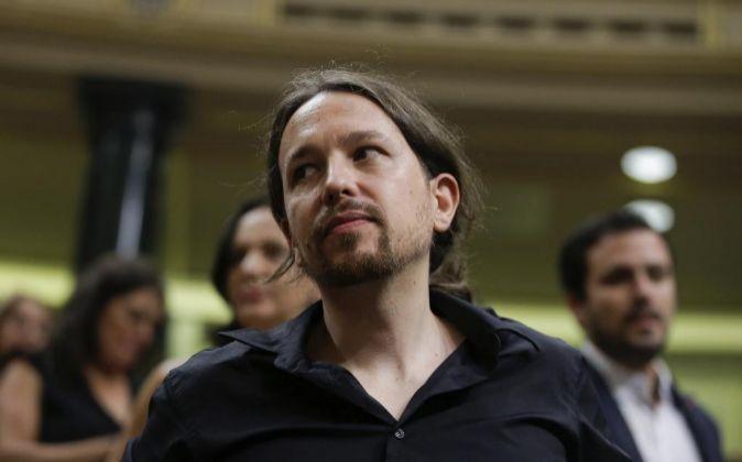Pablo Iglesias, líder de Podemos, en su escaño momentos antes del...