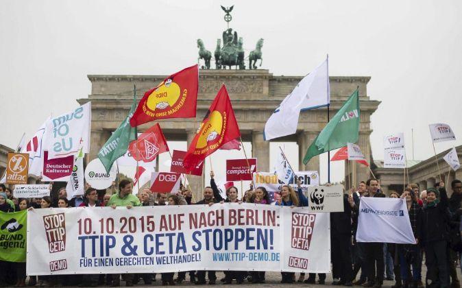 Varias personas se manifiestan contra el Tratado de Libre Comercio...
