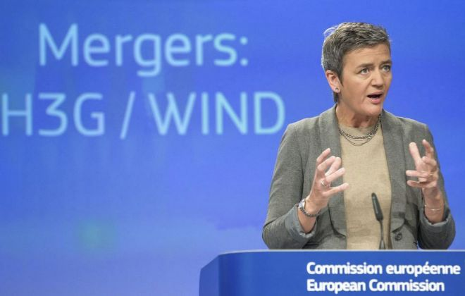 La comisaria europea de Competencia, Margrethe Vestager, durante una...