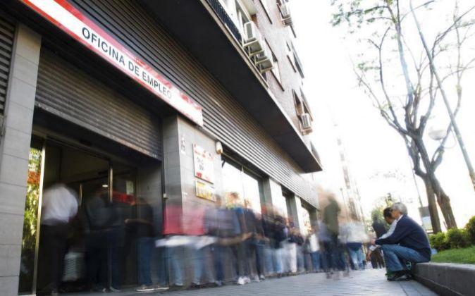 Una cola de parados en una oficina de empleo de Madrid.