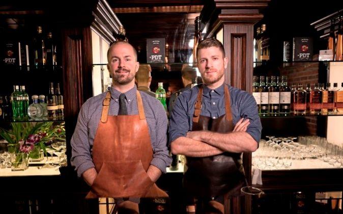 Los 'bartenders' del local de Nueva York se han instalado en...
