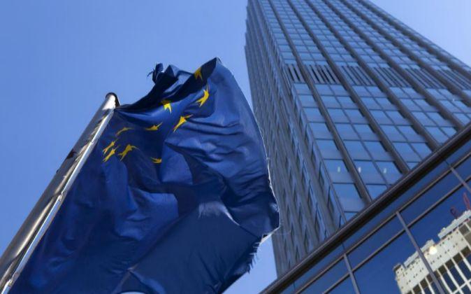 Bandera del euro, delante del BCE.