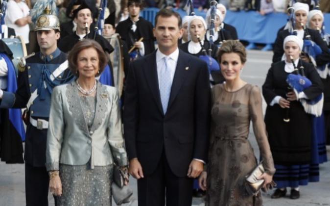 La Reina Letizia luciendo un vestido de Felipe Varela, junto a ella el...