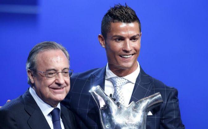 El delantero del Real Madrid Cristiano Ronaldo (d), junto al...