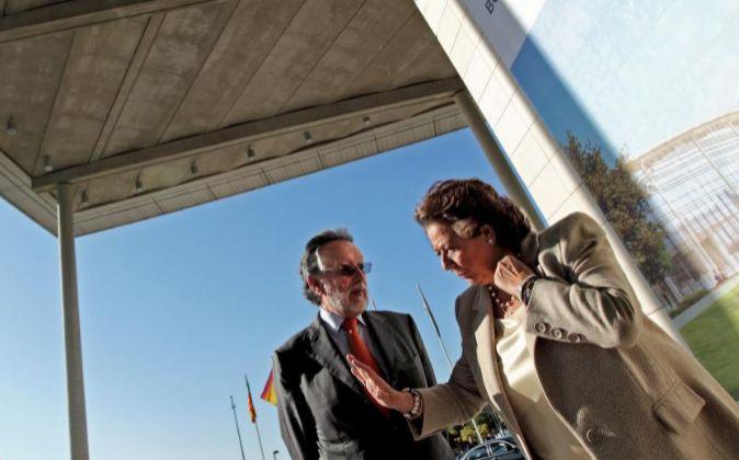 La alcaldesa de Valencia, Rita Barberá, conversa con el teniente de...