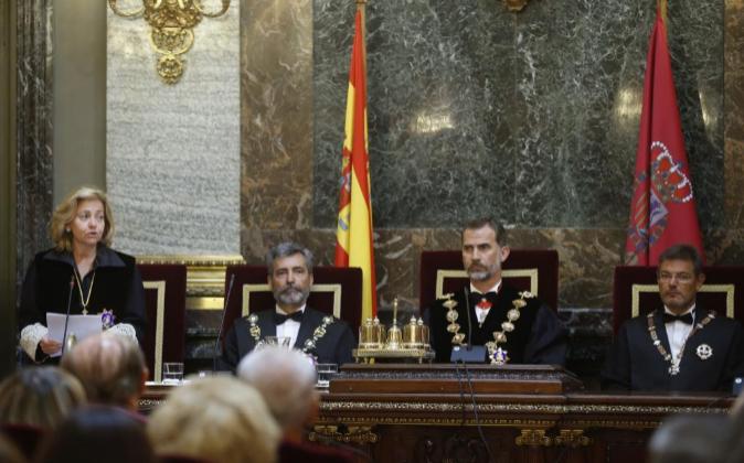 La fiscal general del Estado, Consuelo Madrigal (i), en presencia del...