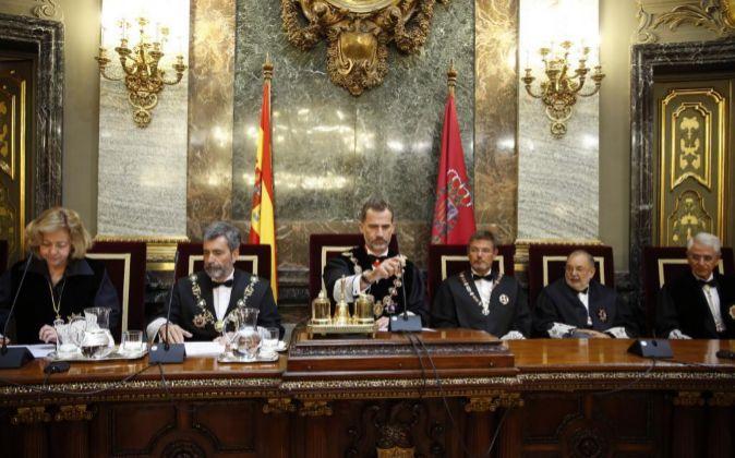 El Rey Felipe VI, acompañado por la fiscal general del Estado,...