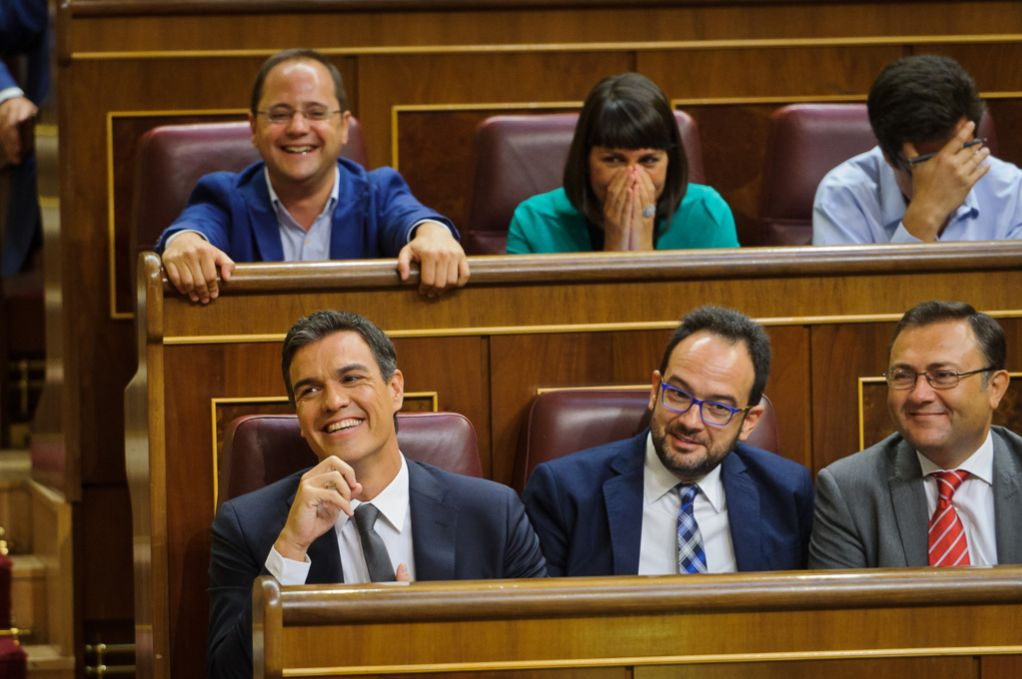 Pedro Sánchez y varios miembros del grupo parlamentario socialista...
