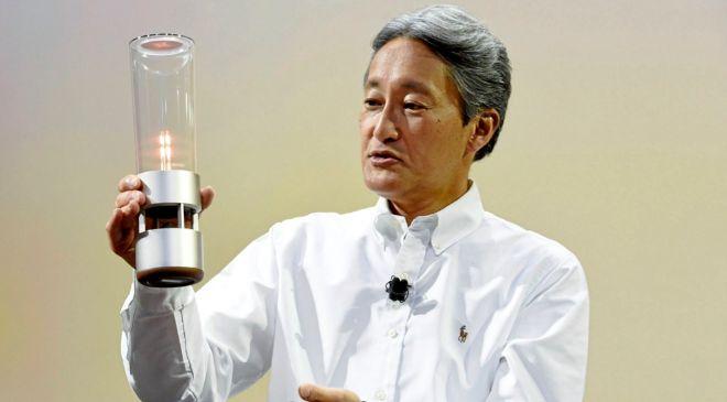 Kazou Hirai, consejero delegado de Sony, realiza una presentación en...