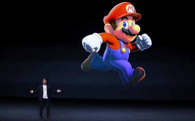 El creador japonés de videojuegos Shigeru Miyamoto interviene durante...