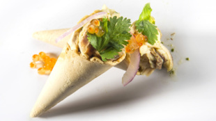 <strong>Cono de ceviche de melva con caviar de erizo</strong>....