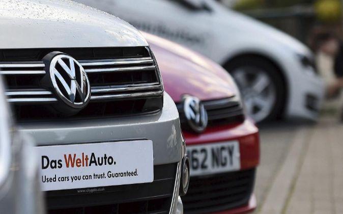 Vista de dos vehículos Volkswagen en un concesionario de la...
