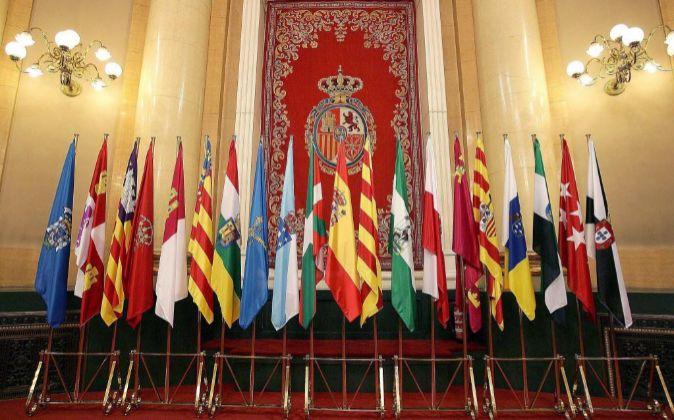 Banderas de las comunidades autónomas y España.
