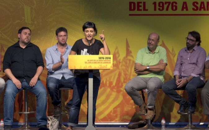 La lider de la CUP, Anna Gabriel (c) durante un acto político...
