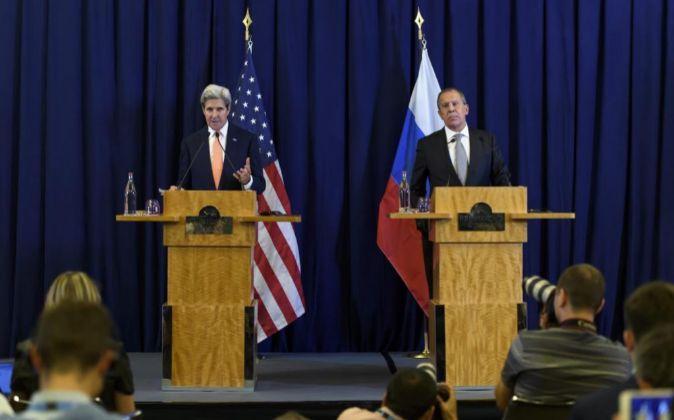 El secretario de Estado estadounidense, John Kerry, y el ministro ruso...