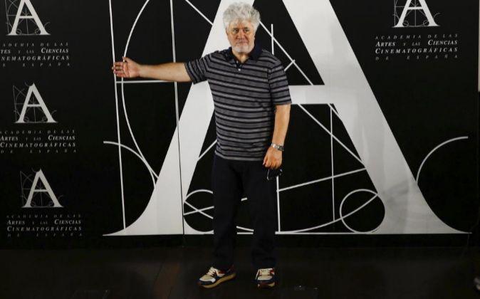 El director Pedro Almodóvar , antes de ofrecer una rueda de prensa...