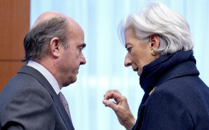 El ministro español de Economía, Luis De Guindos, conversa con la...