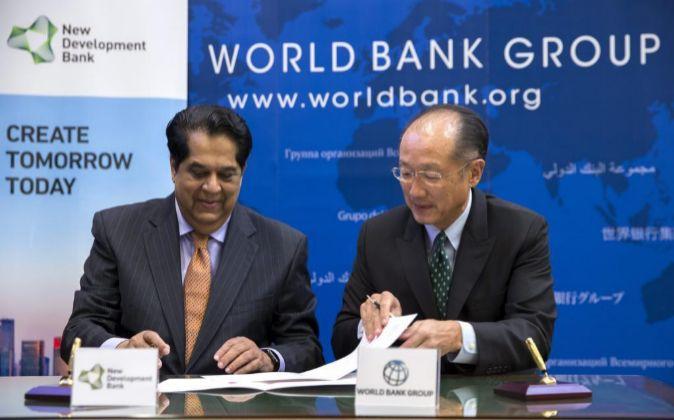 El presidente del Banco Mundial (BM), Jim Yong Kim (d), y el...