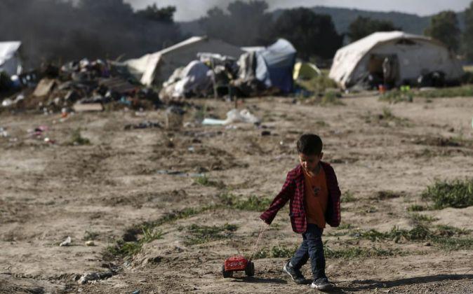 Un niño refugiado sirio juega en Idomeni (Grecia).