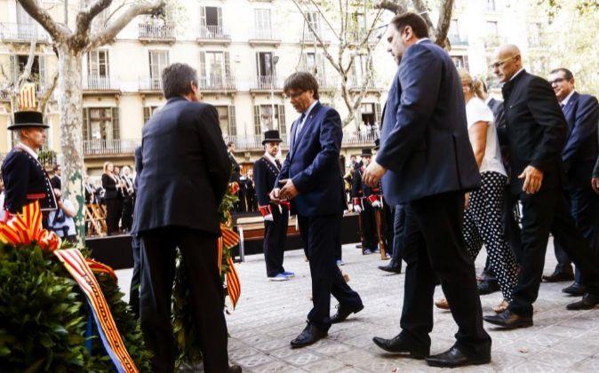 El presidente de la Generalitat, Carles Puigdemont (c), acompañado...