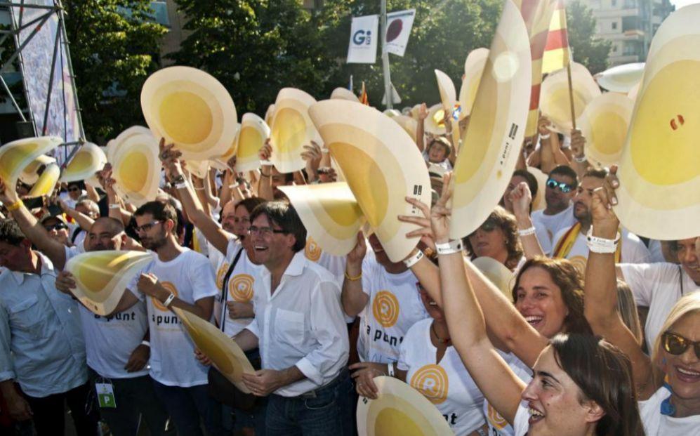 El presidente de la Generalitat, Carles Puigdemont (c), durante su...