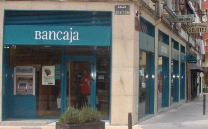 Fachada de una antigua oficina de Bancaja.