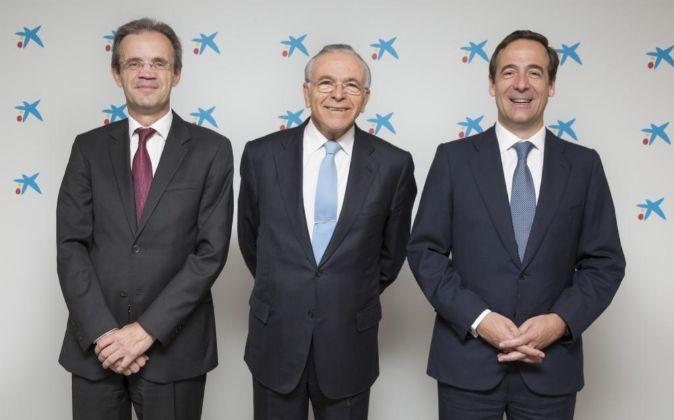 Jordi Gual (i), su antecesor, Isidre Fainé (c), que sigue presidiendo...
