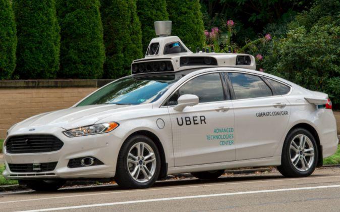 Ford Fusión automático que la empresa Uber ha puesto en circulación...