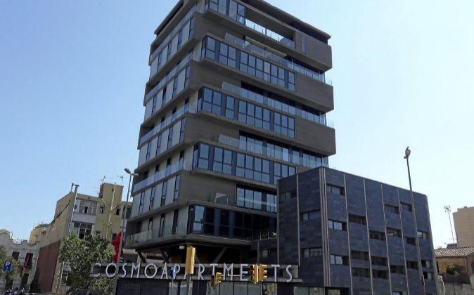 El edificio está situado en el número 30 del Passeig de Sant Antoni,...