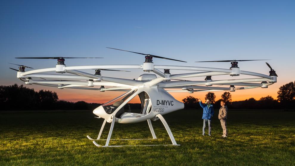 Dos niños contemplan el Volocopter en los alrededores de Bruchsal...
