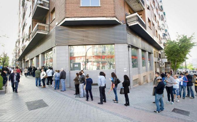 Una cola de parados frente a un oficina de empleo en Madrid.