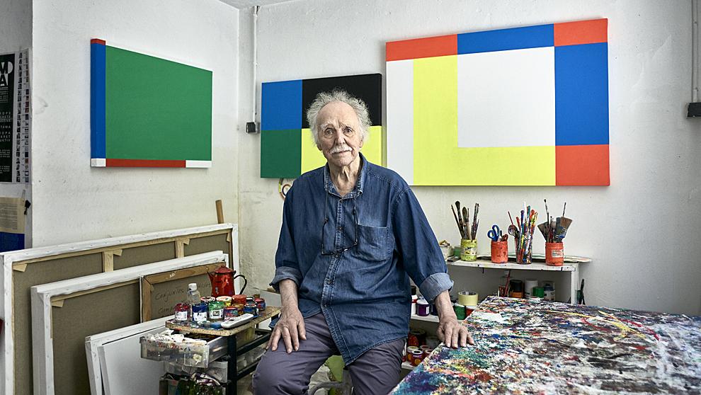 El pintor cubano, de 85 años, en su estudio de Lavapiés delante de...