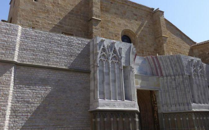 Fachada de la Concatedral Santa María de Cáceres decorada para...