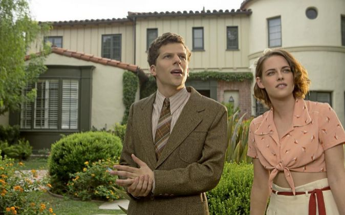 Bobby (Jesse Eisenberg) y Vonnie (Kristen Stewart) en 'Café...
